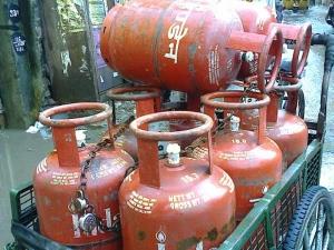 Subsidised Lpg Price Cut Rs 6 5 Non Subsidised Rate Reduced